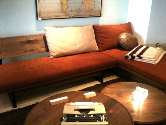 ソファーを置くとテーブルも欲しくなる、足の低いソファーを選ぶという手も